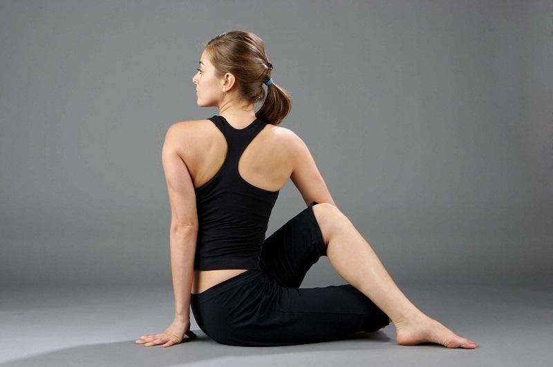 Động tác vặn mình giúp thư giãn vùng cổ, vai và gáy