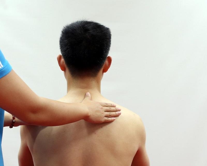 Kỹ thuật bấm huyệt chữa đau vai gáy