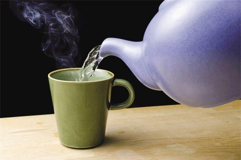 Khi sử dụng thuốc tây nên uống cùng một cốc nước ấm lớn