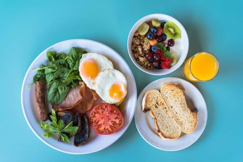 Bữa sáng rất quan trọng nên ăn đầy đủ và đúng giờ để bảo vệ dạ dày và cung cấp năng lượng cho một ngày hoạt động