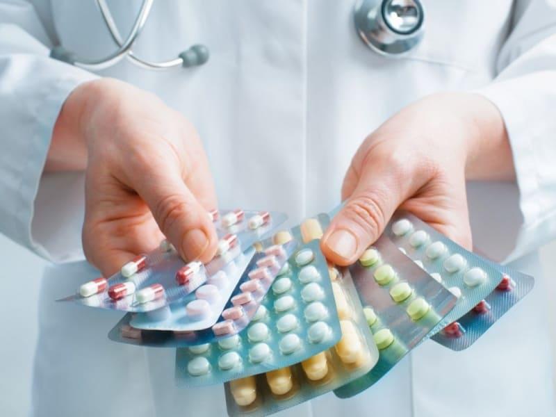 Làm gì khi bị đau bao tử - khi các cơn đau không kiểm soát được người bệnh có thể sử dụng thuốc theo chỉ định của bác sĩ