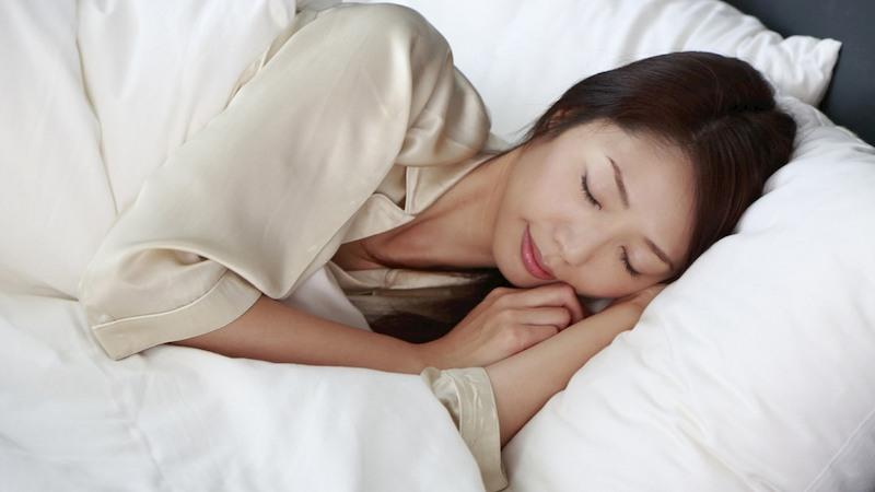 Kê cao đầu và điều chỉnh tư thế ngủ là cách giảm trào ngược vào ban đêm rất hiệu quả