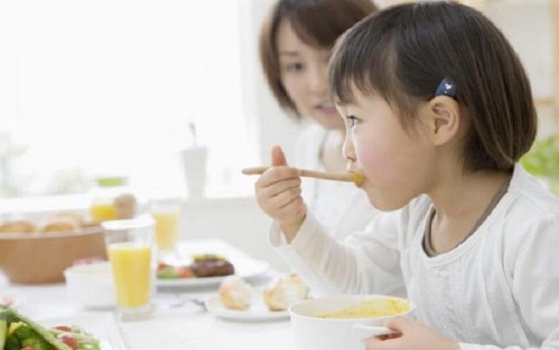 Sau khi thực hiện cắt amidan, người bệnh nên chú ý đến chế độ ăn uống và chăm sóc vết mổ
