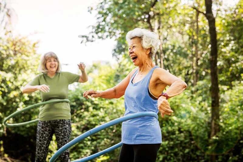 Người bị viêm đa khớp cần vận động khớp nhẹ nhàng để tránh bị cứng khớp