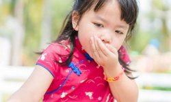 Trẻ có những biểu hiện khá giống với đau bụng do giun quấy khiến bố mẹ chủ quan