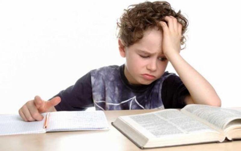 Trẻ bị đau dạ dày do học hành căng thẳng