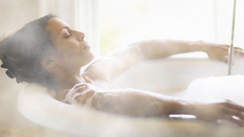 Ngâm nước nóng và xông hơi có thể làm giảm cơn đau vai gáy