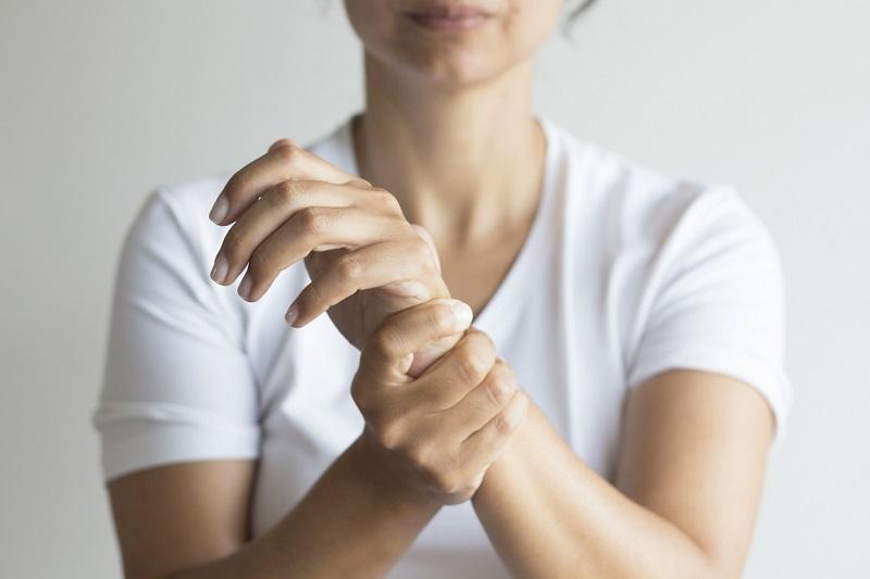 Tay tê bì và mất cảm giác là dấu hiệu nhận biết đau vai gáy lan xuống cánh tay
