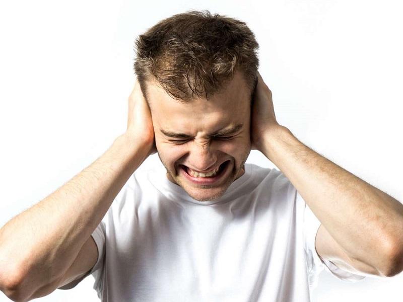 Ánh sáng và tiếng ồn khiến người bệnh khó chịu và sợ tiếp xúc