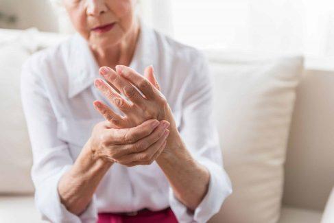 Việc điều trị viêm khớp rất quan trọng, giúp cải thiện triệu chứng đau đớn cho người bệnh