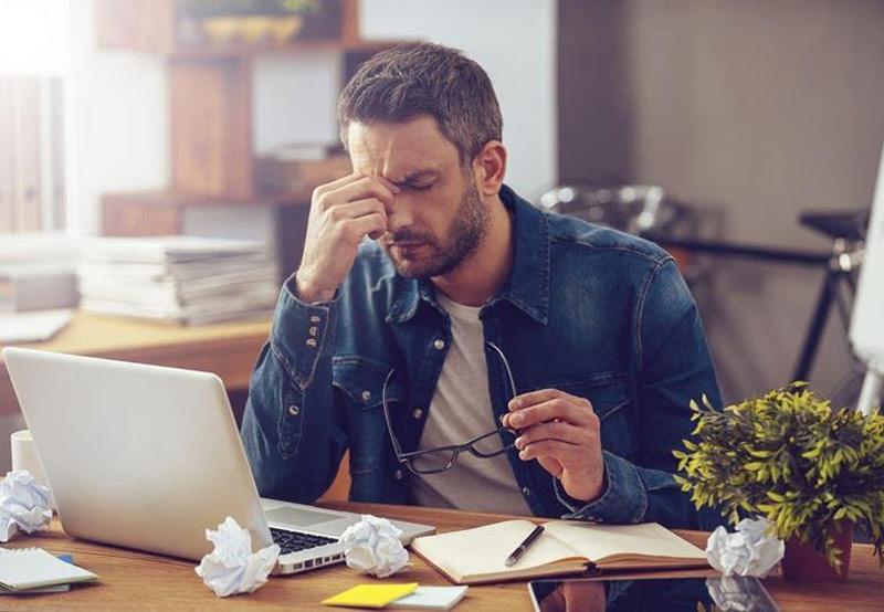 Căng thẳng kéo dài là một trong những nguyên nhân gây mụn nội tiết