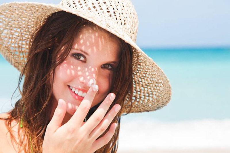 Sử dụng kem chống nắng mỗi khi ra đường để bảo vệ da