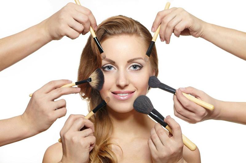 Sử dụng mỹ phẩm không phù hợp cũng khiến da dễ bị nổi mụn hơn