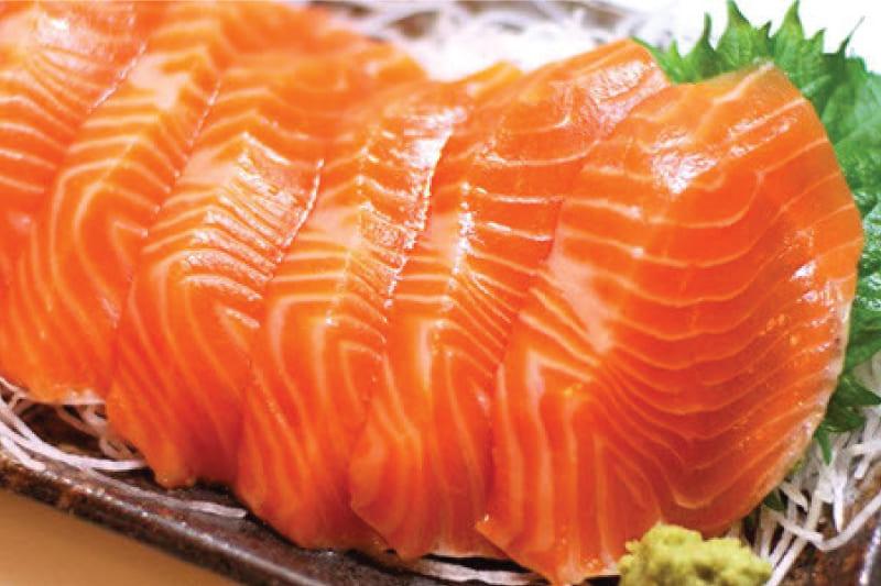 Cá hồi có chứa nhiều protein và lipit lành mạnh giúp dạ dày hoạt động trơn tru hơn