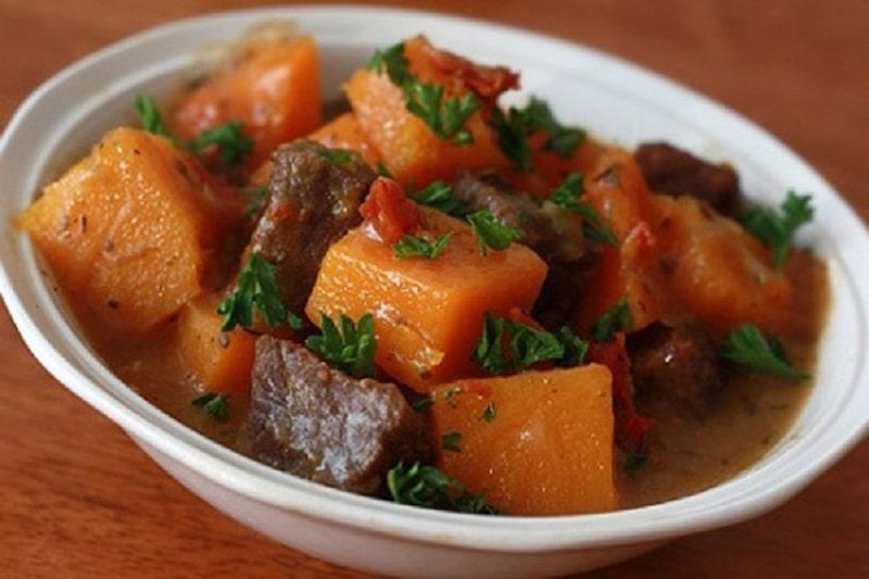 Canh thịt bò hầm bí đỏ món ăn giàu dinh dưỡng cho người bị viêm amidan