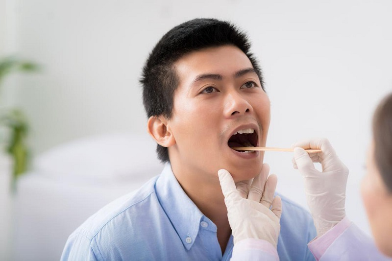 Người bệnh được làm xét nghiệm lấy dịch hầu họng