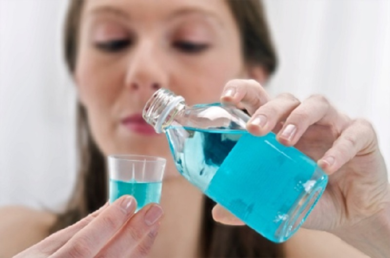 Súc miệng hằng ngày với các dung dịch sát khuẩn là một cách để bảo vệ răng miệng
