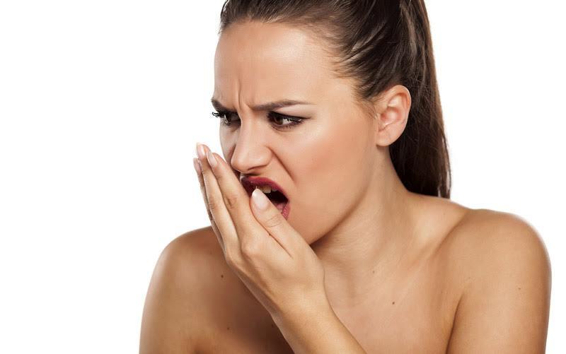 Người bệnh viêm amidan hốc mủ thường bị hôi miệng nặng nề