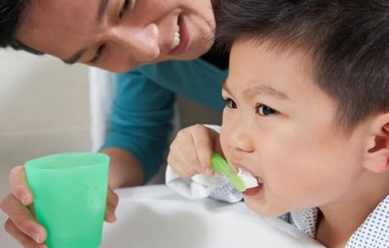 Việc trẻ không vệ sinh răng miệng sạch sẽ cũng là nguyên nhân gây viêm amidan