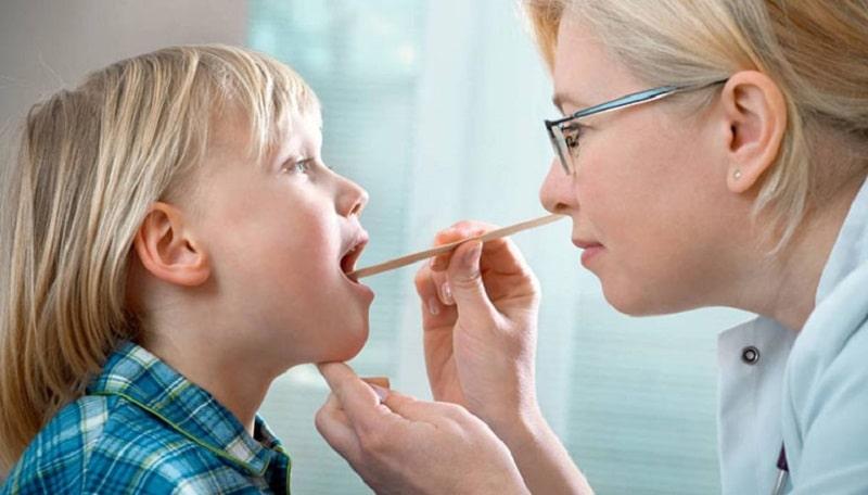 Bác sĩ có thể áp dụng nhiều phương pháp giúp chẩn đoán viêm amidan cho trẻ