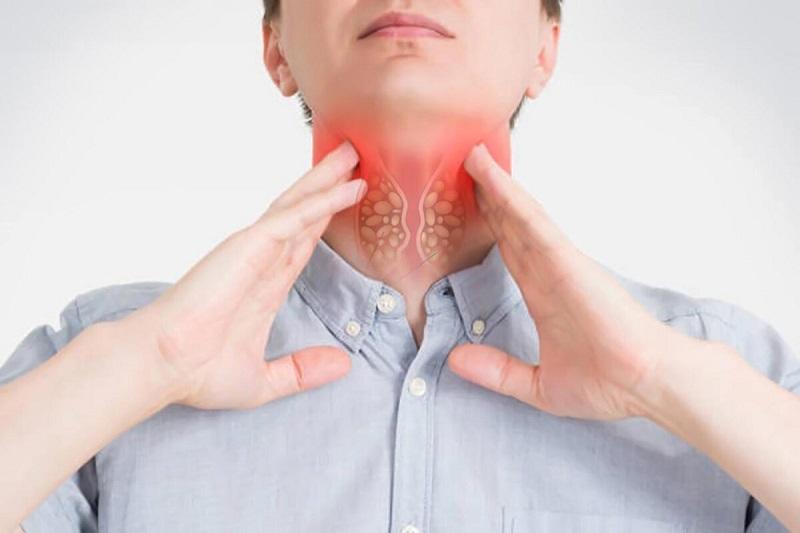 Người viêm amidan quá phát thường thấy khó chịu ở cổ, khó nuốt, amidan sưng to…