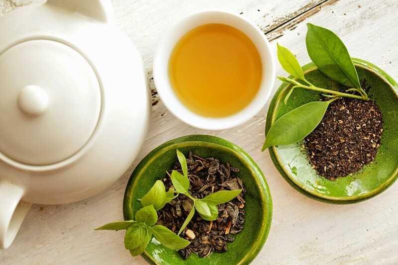Người bệnh có thể uống nước trà xanh hàng ngày để giảm sưng, viêm