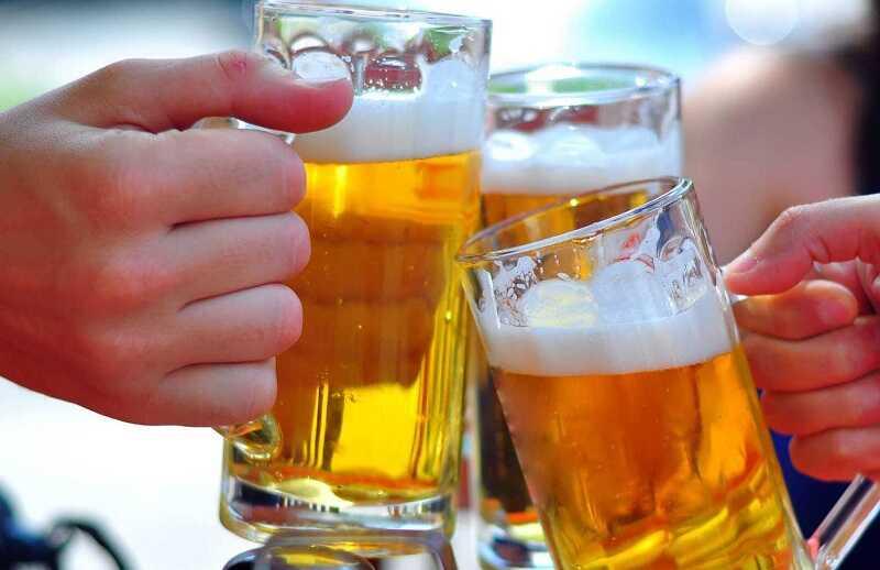 Người bị viêm đa khớp không nên sử dụng đồ uống có cồn