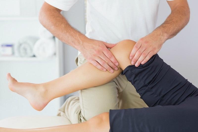 Người bệnh có triệu chứng đau khớp gối, nhất là khi vận động