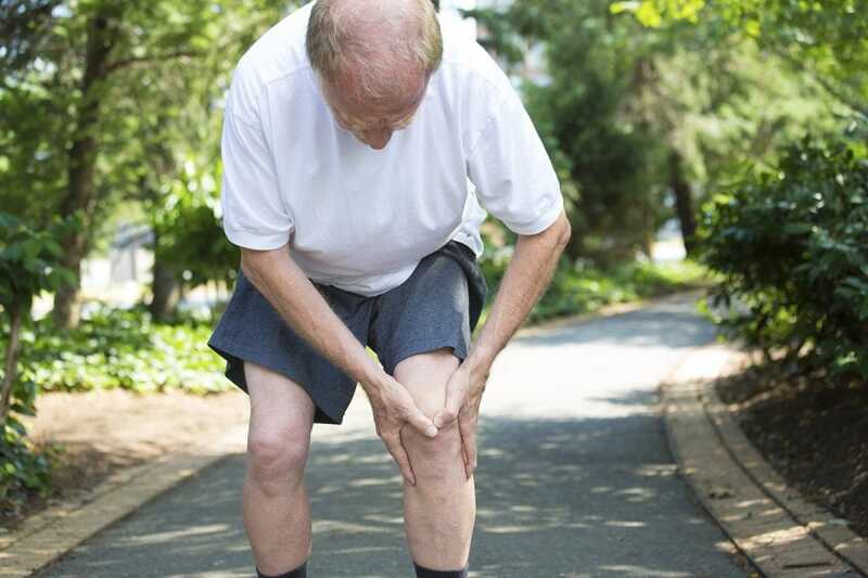 Khi bị viêm khớp gối, người bệnh gặp nhiều khó khăn lúc vận động