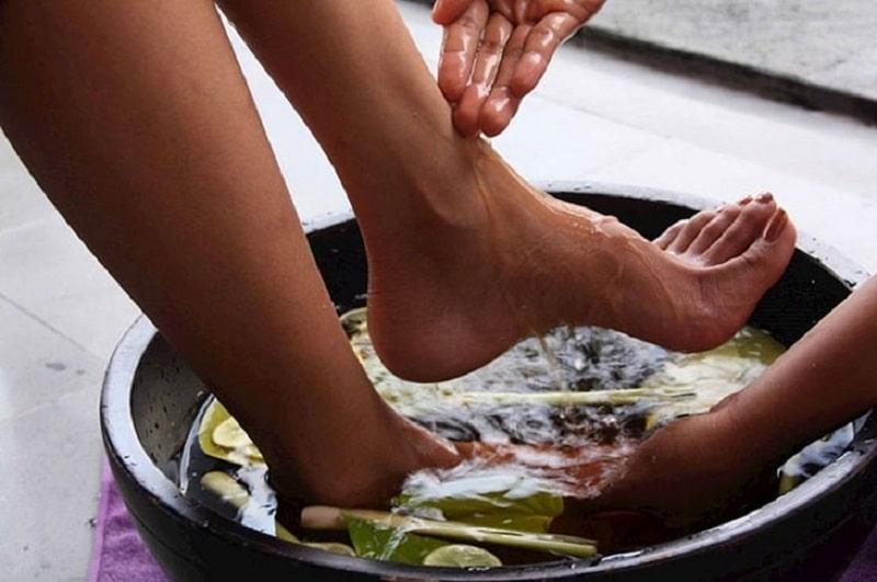 Ngâm rửa chân bằng thảo dược hàng ngày để cải thiện bệnh tổ đỉa ở chân