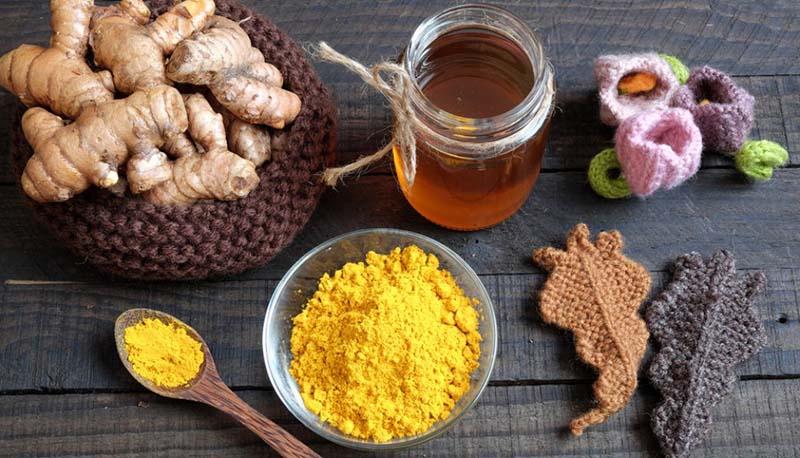 Mật ong và bột nghệ làm mềm da, kháng viêm