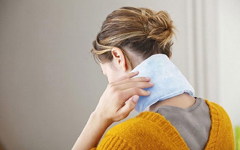 Chữa đau vai gáy tại nhà bằng cách chườm lạnh