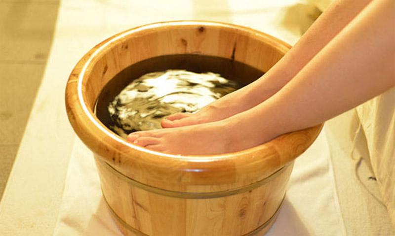 Sử dụng nước lá bàng để lau rửa vùng da bị bệnh