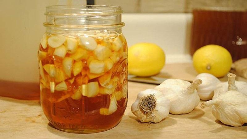 Chữa viêm amidan bằng mật ong ngâm tỏi giúp thuyên từ lâu đã được dân gian áp dụng
