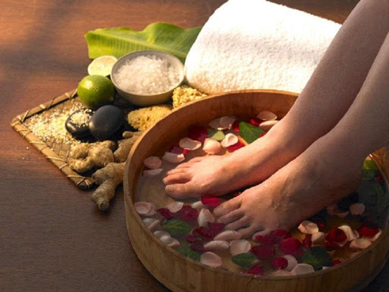 Người bệnh có thể ngâm chân bằng nước muối hoặc thảo dược để giảm đau
