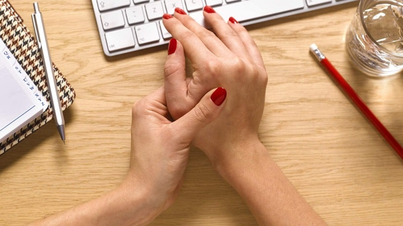 Người bệnh có thể gặp phải tình trạng này do hoạt động khớp ngón tay quá sức