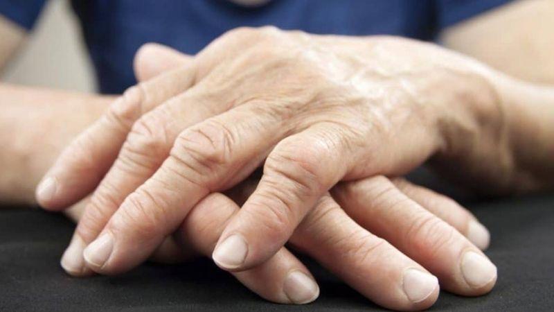 Đau sưng khớp ngón tay là triệu chứng điển hình của bệnh lý về khớp