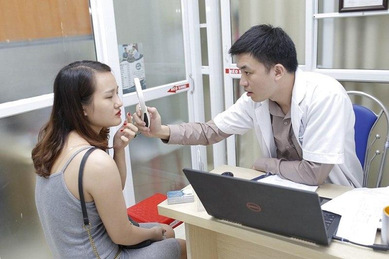 Bước thăm khám da cực kỳ quan trọng nên cần được tiến hành kỹ lưỡng