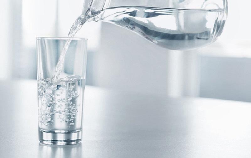 Uống đủ 2 đến 3 lít nước mỗi ngày để duy trì độ ẩm cho da