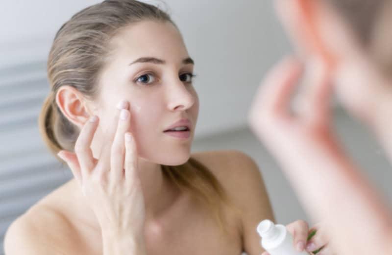 Kem đánh răng giúp kháng viêm, kìm hãm sự phát triển của các vi khuẩn gây mụn