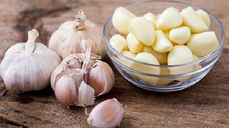 Tỏi có chứa allicin, vitamin A - B - C - D, polisaccarit,...có tác dụng chống lại các gốc tự do