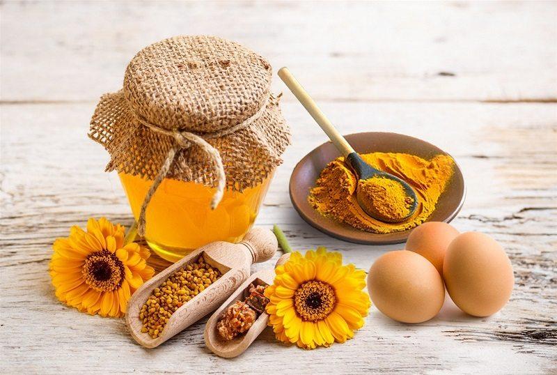 Nam giới có thể kết hợp trứng gà với mật ong, tinh bột nghệ để chữa xuất tinh sớm