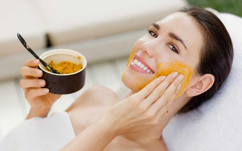 Mặt nạ tinh bột nghệ giúp kiểm soát tốt lượng bã nhờn dư thừa, giảm nguy cơ gây mụn