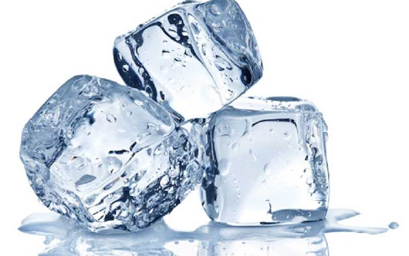 Chườm đá để giảm cảm giác khó chịu do mề đay cholinergic gây ra
