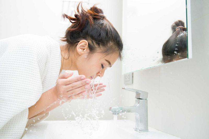 Bạn nên rửa mặt thường xuyên để loại bỏ bụi bẩn gây mụn