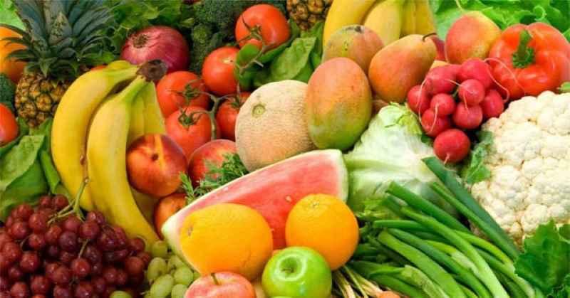 Ăn nhiều rau xanh và hoa quả để giúp cơ thể thải độc tố, trị mụn tốt