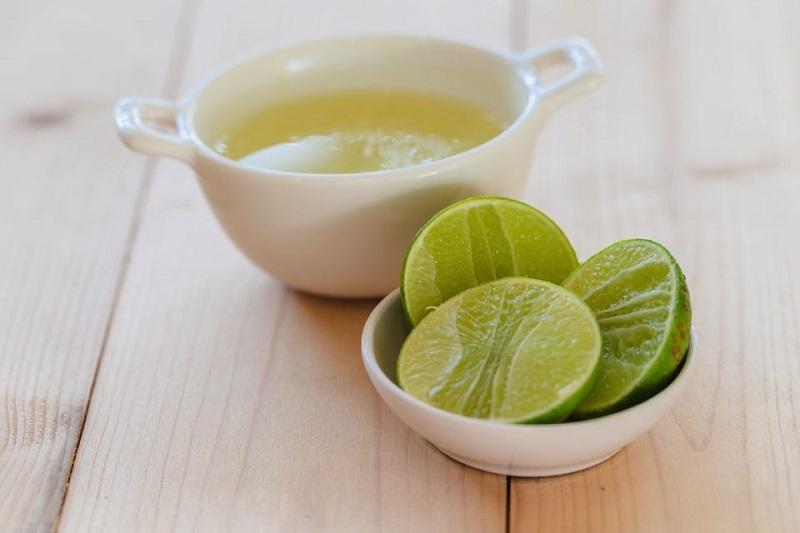 Chanh giúp kháng khuẩn, giảm sưng viêm cho các nốt mụn trên má