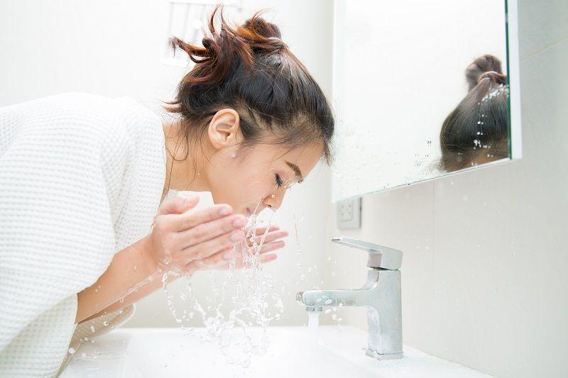 Chỉ rửa mặt bằng nước sẽ không loại bỏ được bụi bẩn, vi khuẩn trong các nang lông