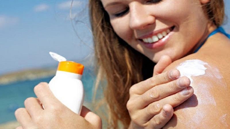 Khi ra ngoài dưới trời nắng to bạn cần chủ động biện pháp chống nắng bảo vệ da