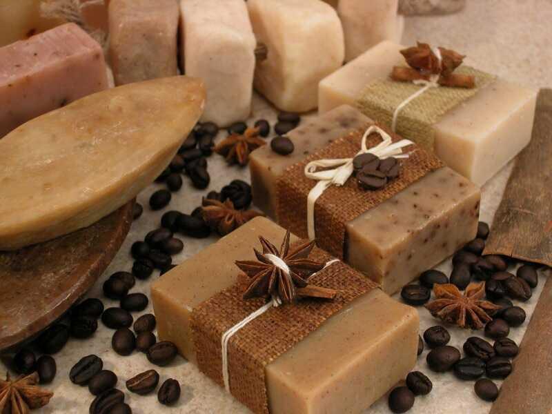 Đang bị nổi mày đay bạn nên dùng xà phòng có thành phần tự nhiên để tránh kích ứng da